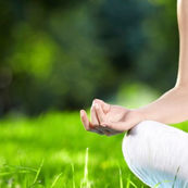 آموزش انجام حالت نیلوفر(Pandmsana) و نرمش پاها(Uttanpadasana) در یوگا