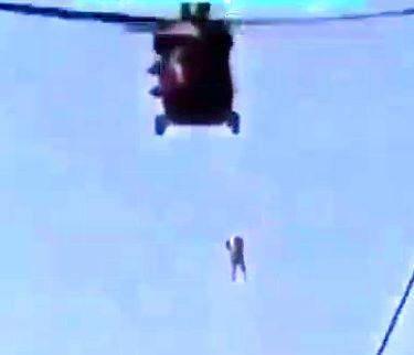 حلق آویز کردن یک مرد از هلی کوپتر توسط طالبان + فیلم آزار و اذیت