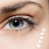 برای پیشگیری از خشکی پوست در فصل سرما در منزل خود کرم دور چشم بسازید
