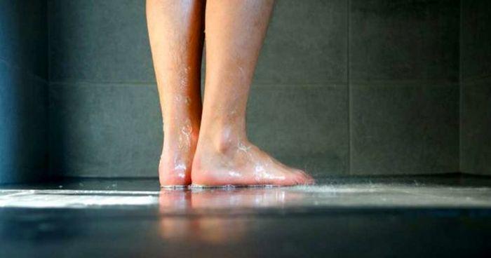 استفاده از دمپایی درحمام مکان های عمومی
